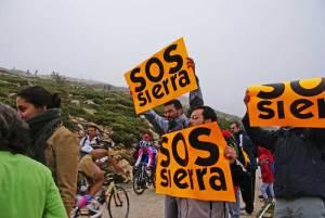 Protesta durante una ascensión a la Bola del Mundo.