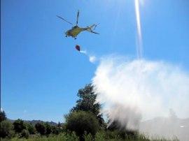 La participación de los helicópteros es vital en la extinción de incendios forestales.