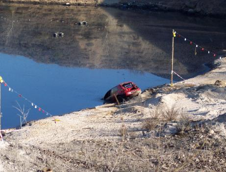 Vehículo abandonado en la laguna de Arganda.