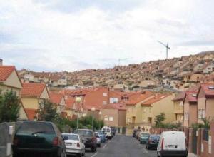 Urbanizaciones sanlorentinas a los pies del Monte Abantos.