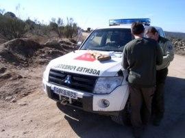 Agentes Forestales realizando un control.