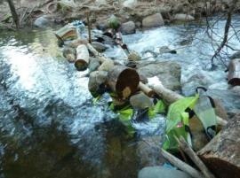 Las pequeñas presas ilegales han venido dañando el cauce del río Manzanares en La Pedriza. (Foto RedMontañas)