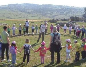 Niños participando en una actividad.