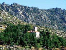 El monasterio queda a los pies del Cancho Gordo, en La Cabrera.