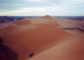 Escalando una duna de 275 m. Frontera líbico-argelina.