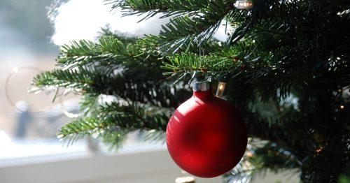 Abeto adornado con motivos navideños.