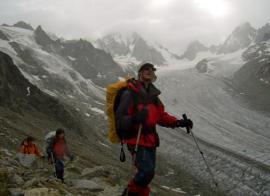 El autor con todo su equipo tras cruzar el glaciar al fondo.