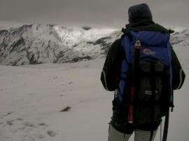Mochila con equipo para glaciares, durmiendo en refugio.