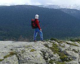 Montañero observando las montañas guadarrameñas. Foto: Felipe Colorado.