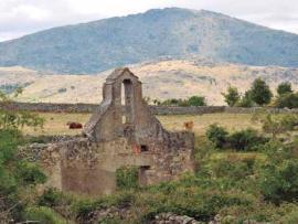 Ruinas de la antigua iglesia de La Lastra.