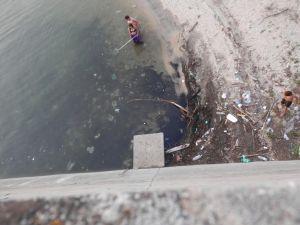 Restos de basura en las orillas del embalse de San Juan. (Foto: Globalízate).