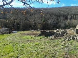 Restos de los muros que antes formaban las casas ganaderas. (Foto: Julio Vías).