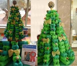 Árbol de Navidad fabricado con cajas de huevos.