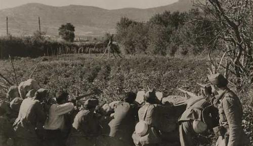 Fuerzas gubernamentales combatiendo. (a la derecha se ve La Peñota y la foto está hecha, probablemente, en Guadarrama, junto al río, antes de la entrada al pueblo).