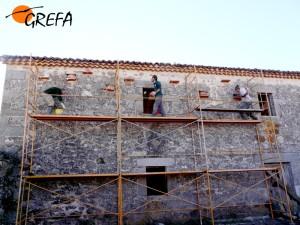Instalación de los nidales en El Espinar. (Foto: GREFA).