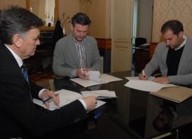 Momento de la firma del convenio. (Foto: Diputación de Segovia).