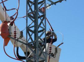 Operarios de Iberdrola durante la operación de corrección del tendido eléctrico.
