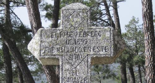 Cruz que marca el lugar donde fue encontrado Pedro Bravo.