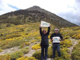 Dos participantes muestran sus carteles de denuncia durante la edición de 2014. (Foto: Red Montañas).