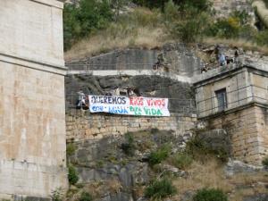 Estos colectivos han realizado este fin de semana una jornada de protesta en la presa del Pontón de la Oliva.