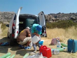 Voluntarios llenan bidones con agua para riego. (Foto: Reforesta).