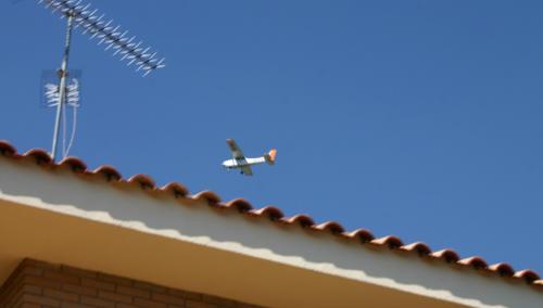 Avioneta volando sobre el domicilio del autor.