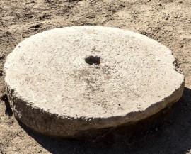 Piedra de molino hallada en La Cabilda.