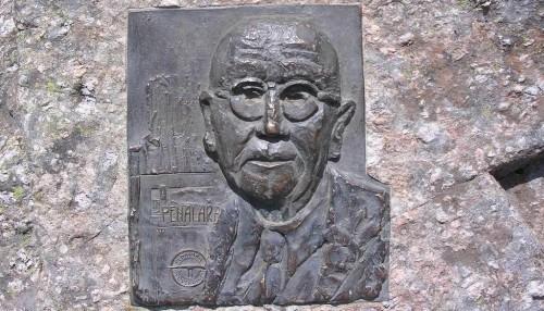 Fuente en honor de Constancio Bernaldo de Quirós en el puerto de Cotos.