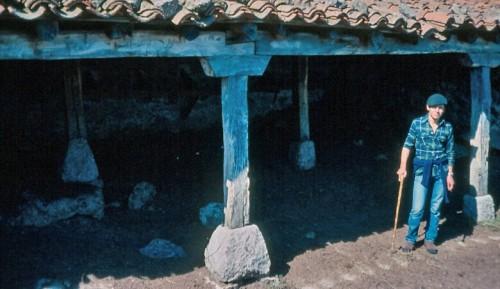 El autor de estas líneas en una de las casillas ganaderas de la finca 'La Berrocosa'. (Fotografía tomada en abril de 1976)