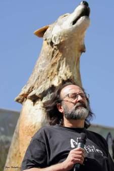 El autor junto a una escultura que representa a un lobo. Foto: Paco Bascels.