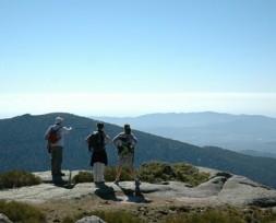 Montañeros disfrutando de las vistas del Guadarrama.