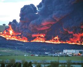 Tras ser controlado el fuego, en la actualidad sigue liberándose humo tóxico a la atmósfera.