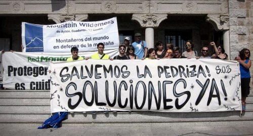 Concentración a las puertas del Ayuntamiento de Manzanares El Real. (Foto: SOS Pedriza).