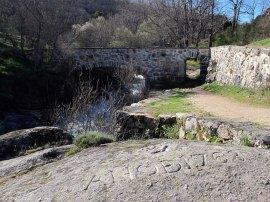 Puente del Anzolero e inscripción.