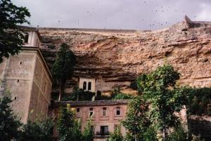 El Santuario de la Fuencisla con las Peñas Granjeras detrás.