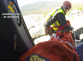 Momento del rescate. (Foto: Guardia Civil).