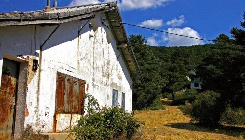 En primer término, el refugio histórico demolido. Foto: Julio Vías.