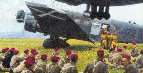 Tropas sublevadas embarcando en aviones rumbo a la Península.