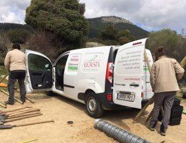 Miembros de la asociación Reforesta preparando el material para una acción medioambiental. Foto: Reforesta.