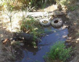 Arroyo de Pelayos de la Presa lleno de basuras.