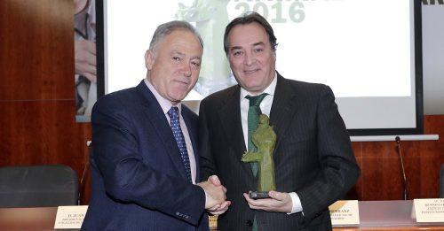 El consejero madrileño de Medio Ambiente, González Taboada (a la derecha), recogiendo el premio. Foto: D. Sinova.
