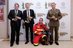 El magistrado Fernando Grande Marlaska y 'Nick', uno de los perros de la Unidad Militar de emergencias (UME) también recogieron sus galardones. Foto: D.Sinova / Comunidad de Madrid.
