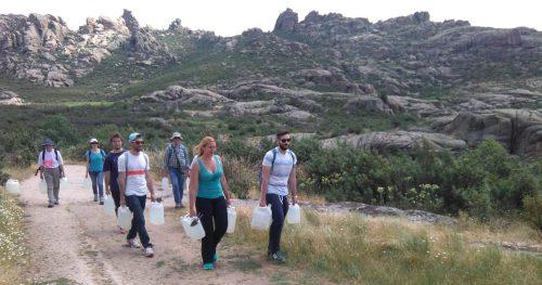 Voluntarios participando en una jornada medioambiental de riego. Foto: Reforesta.