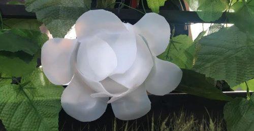 Flor realizada a partir de envases. Foto Ecoembes.