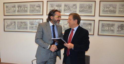 Momento de la firma del convenio entre los dos municipios madrileños.