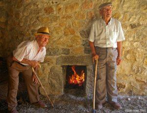 Eugenio y Cesáreo en el interior de uno de los portales de las caleras del Zancao. Foto: Julio Vías.