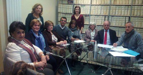 El alcalde, José Ramón Regueiras, y la concejal de Desarrollo Sostenible, Mónica Díaz (de pie al fondo) con la familia Moreno.