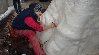 Fabricación del molde para la consecución de la escultura en bornce del vijo 'Álamo'. Foto: Julio Vias.