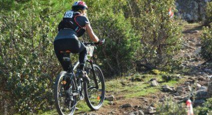 Usuaria de bicicleta de montaña durante una competición.