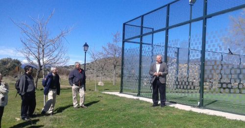 Presentación de los vinilos instalados en las pistas de padel. Foro: Sierra del Rincón.